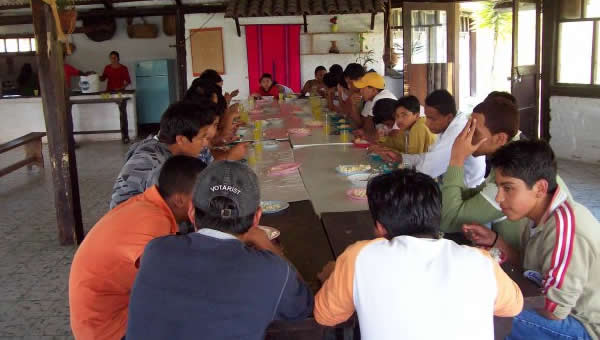 A group of youth eating at a conference in Ibarra, Ecuador